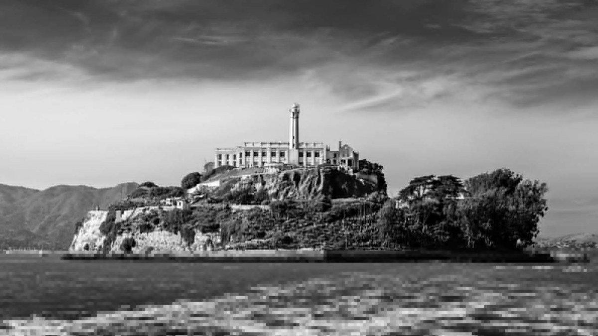 Los oscuros secretos de Alcatraz: la cárcel invencible, los salvajes maltratos, los mitos de la última fuga y una misteriosa carta que llegó al FBI