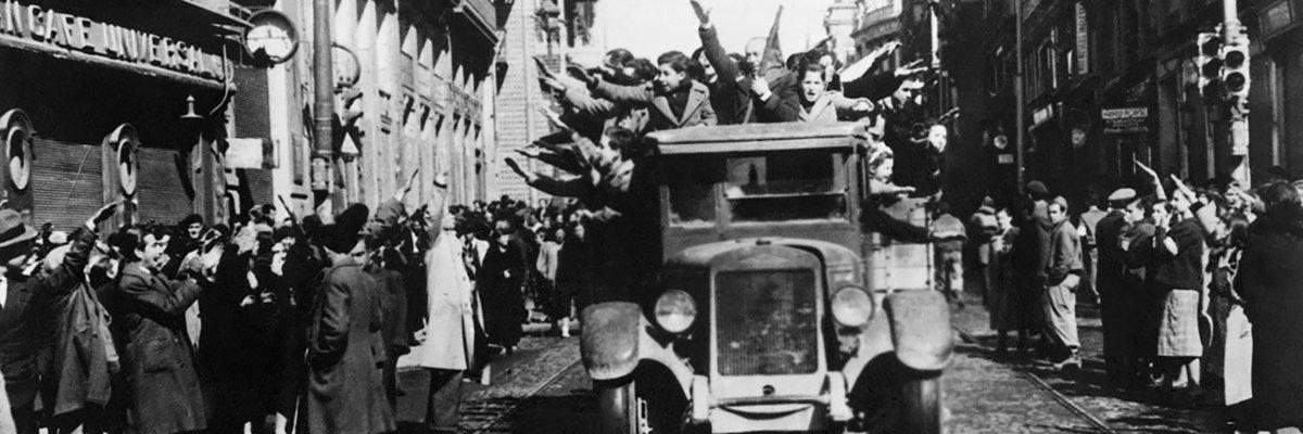 Las tropas de Franco pasean por Madrid en marzo de 1939. Muchos vecinos los reciben con el saludo fascista.