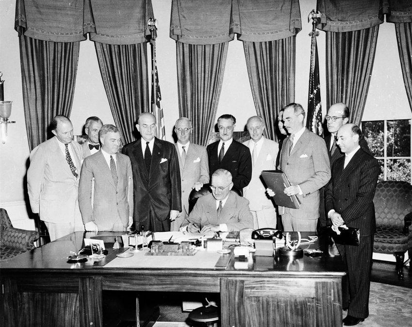 Firma del Tratado de Washington por el presidente de Estados Unidos