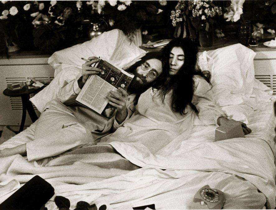 John Lennon y Yoko Ono en la cama de su suite en la primavera de 1969.