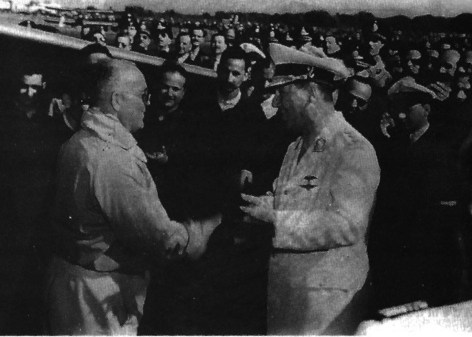 Kurt Tank saluda al General Juan D. Perón tras la presentación del Pulqui II