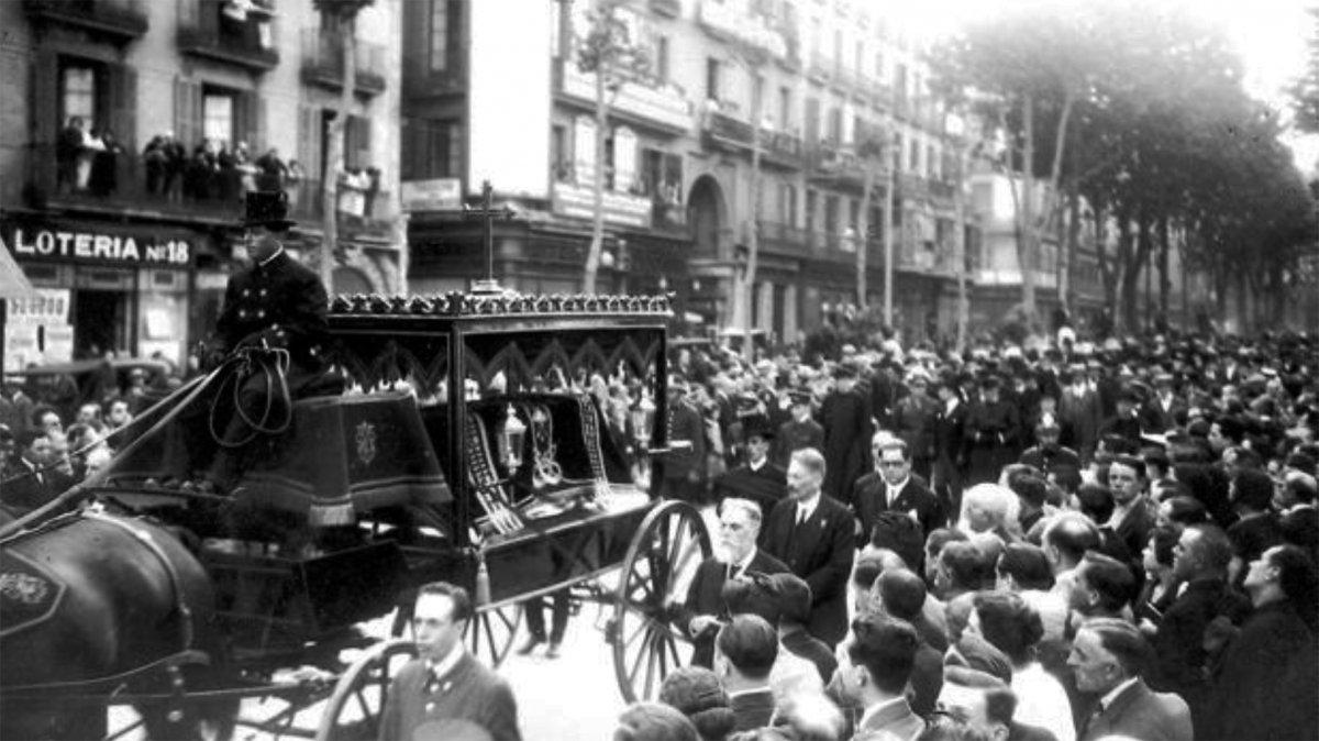 La comitiva fúnebre de Antonio Gaudí por las calles de Barcelona el 12 de junio de 1926 -