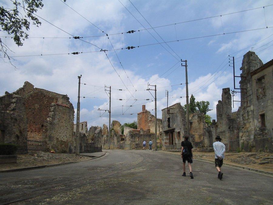 Visitantes ascendiendo por una de las calles delvillage martyr(pueblo mártir) deOradour-sur-Glane