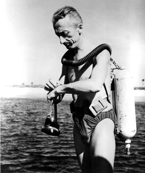 El oceanógrafo Jacques Cousteau antes de una inmersión en 1956