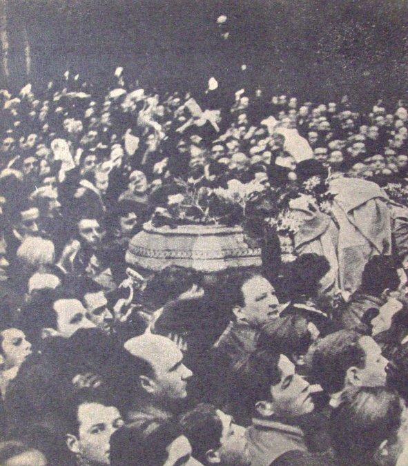 Funeral de Hipólito Yrigoyen. La gente traslada a pulso el ataúd