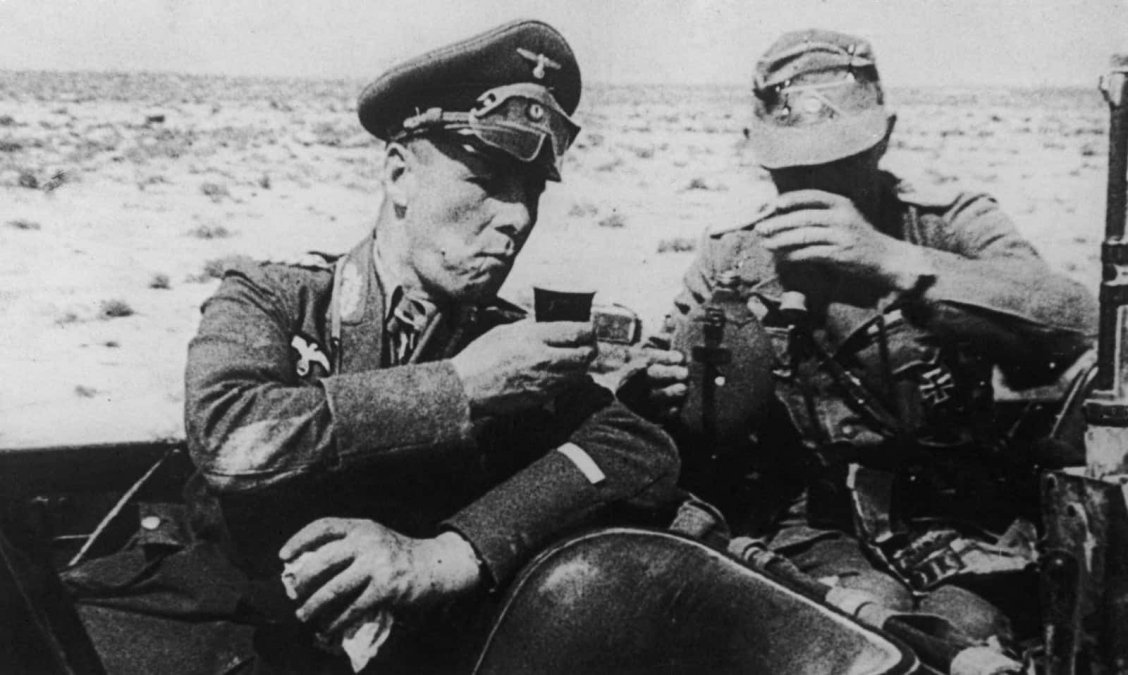 Rommel y un miembro del Afrika Korps