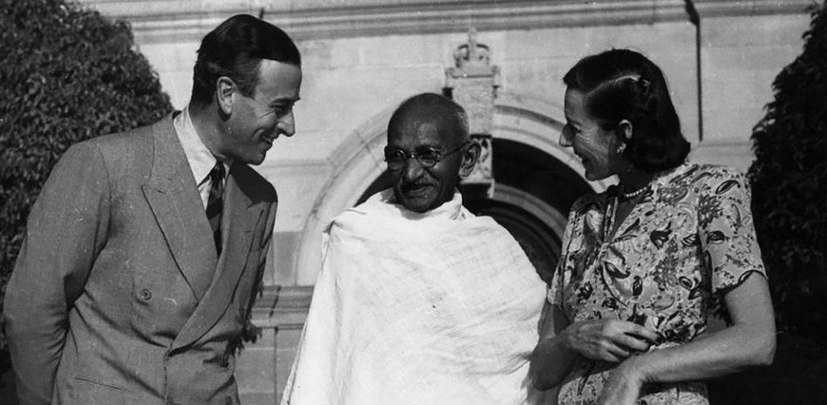 Mahatma Gandhi habla con los nuevos virreyes de la India
