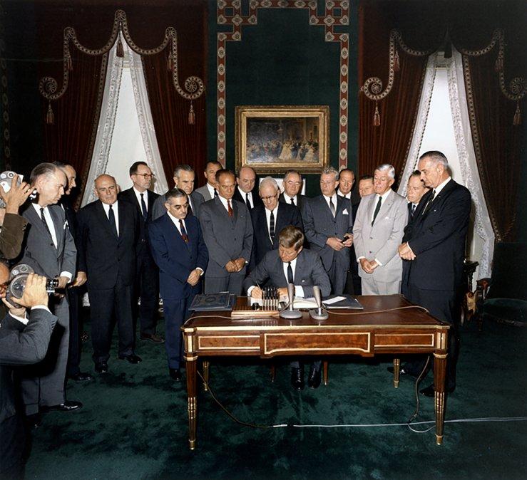 El Presidente Kennedy firma el Tratado de prohibición parcial de ensayos nucleares en la Sala de Tratados de laCasa Blanca. -Fotografía de Robert Knudsen