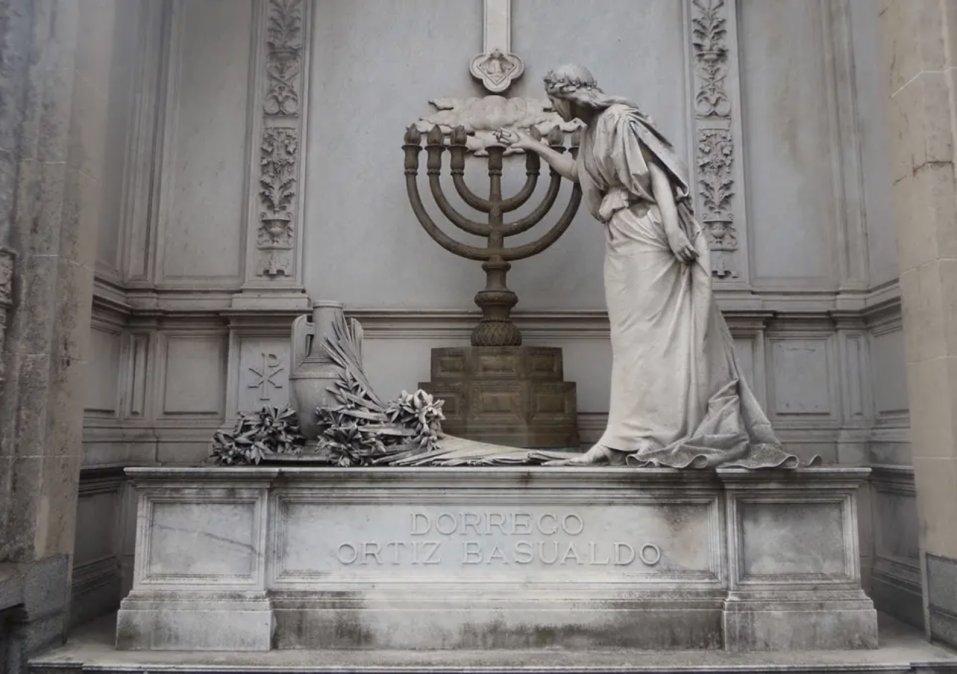 El mausoleo de la familia Dorrego en el cementerio de la Recoleta