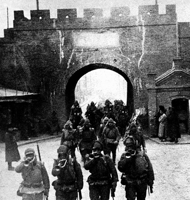 Tropas japonesas entrando en Tsitsihar.