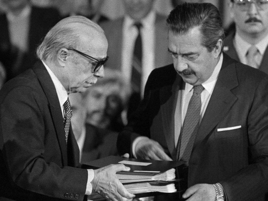 La CONADEP entrega al presidente Raúl Alfonsín el informe de los actos criminales de la Dictadura Militar de 1976, luego conocido como Nunca Más