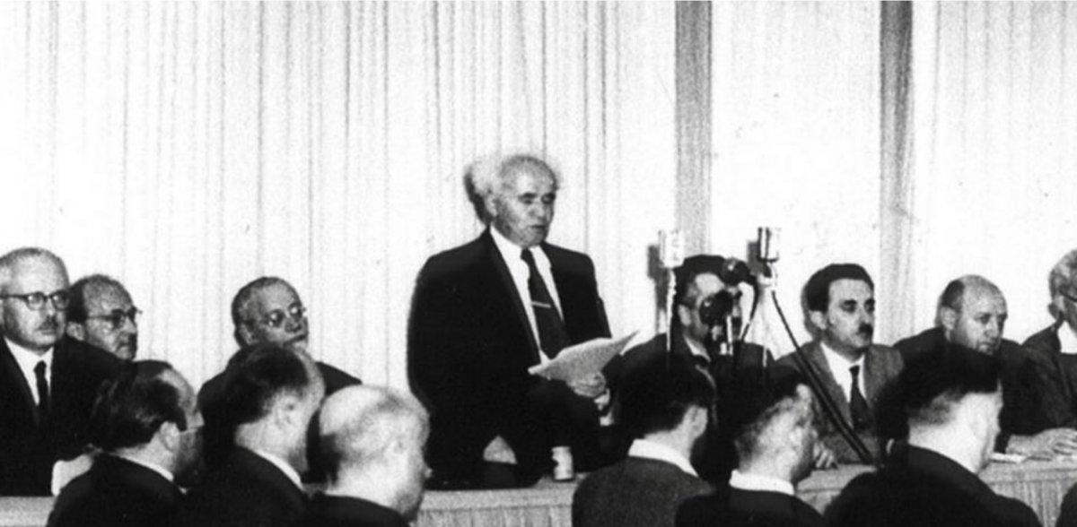 David Ben Gurion lee el acta de fundación del Estado de Israel en el Parlamento hebreo