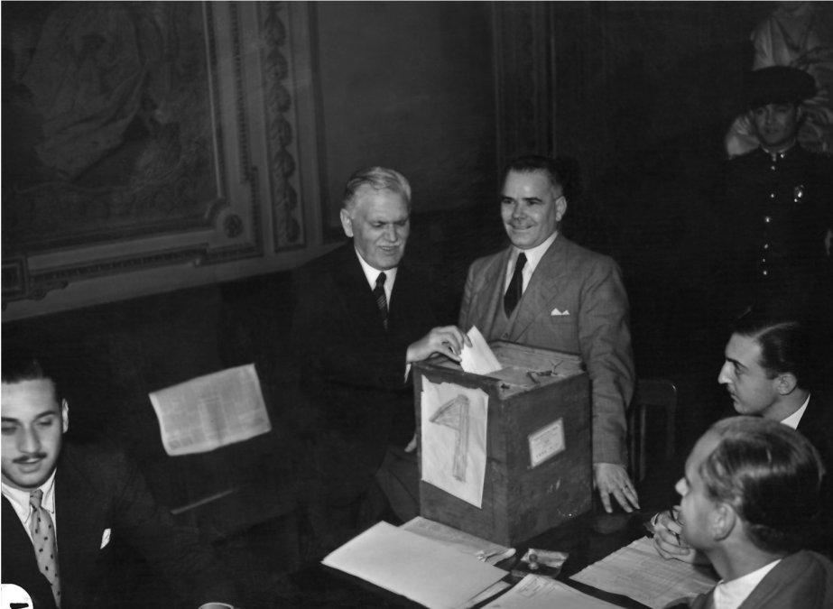 El presidente Ramón Castillo ejerciendo su voto en marzo de 1942 -  Archivo General de la Nación (Buenos Aires)
