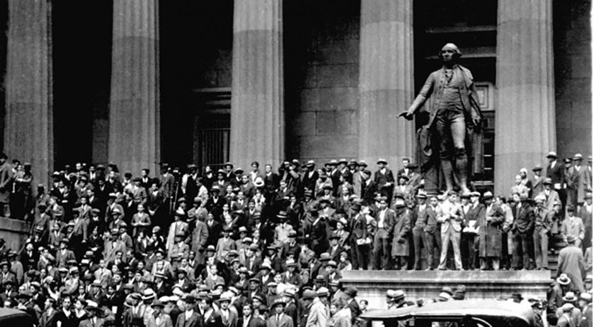 Inversores se agolpan en Wall Street para conocer la evolución del Dow Jones en octubre de 1929