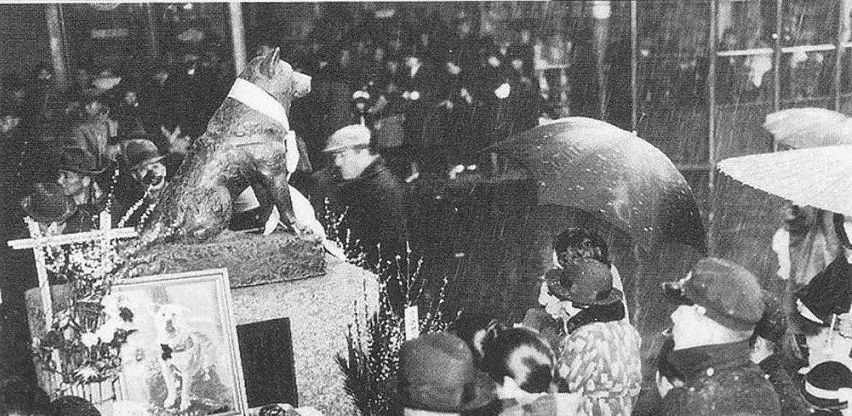 Conmemoración del primer aniversario de la muerte de Hachiko.