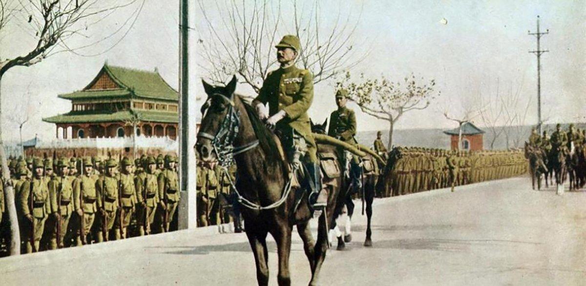 El general Matsui y el príncipe Asaka entran en Nankín (Memorial de las víctimas)
