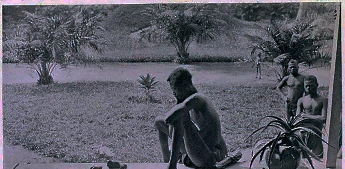 Un congoleñomira los restos demanos y pies amputados por soldados. Leopoldo II de Bélgica y el Congo exterminio