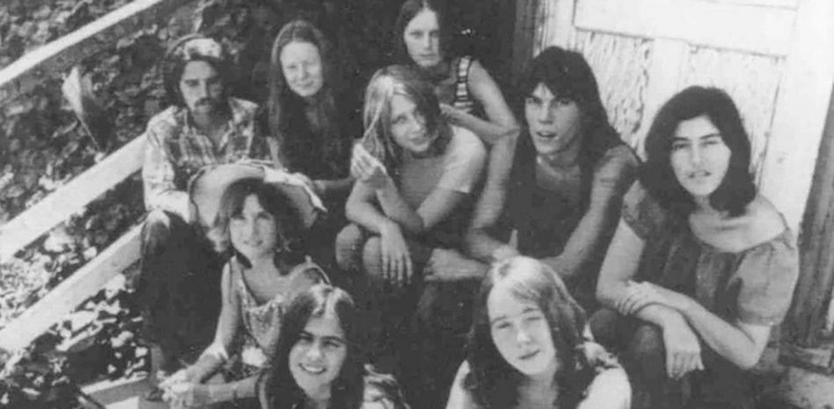 Charles Manson junto a algunas seguidoras de La Familia