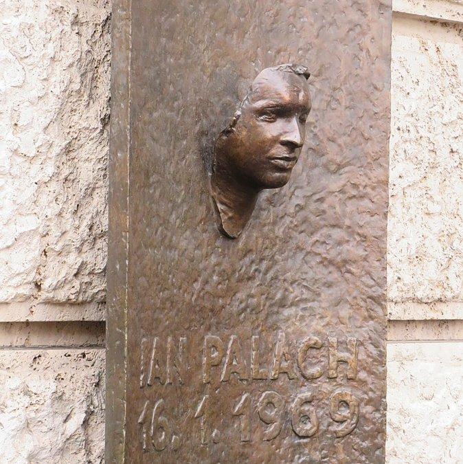 Monumento a Jan Palach (a modo de máscara mortuoria)