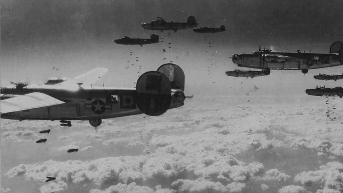 Escuadrón de bombarderos de EE UU durante un bombardeo estratégico sobre Alemania.