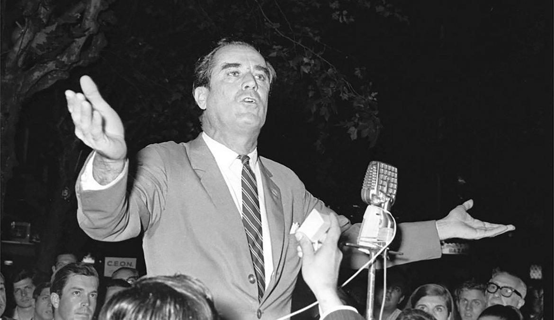 Contienda: Wilson durante un acto de la campaña electoral de 1971 en la  que integró una fórmula blanca junto a Carlos Julio Pereyra.