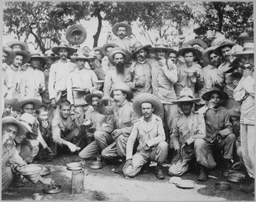 Prisioneros españoles en manos de los estadounidenses después de la derrota en Manila.