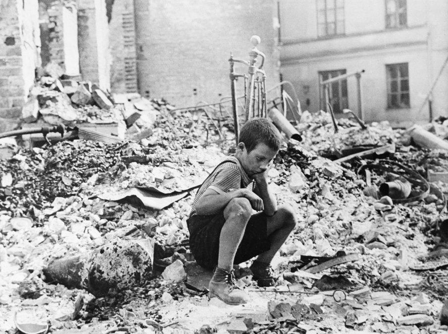 Niño entre las ruinas de Varsovia - Fotografía: Julien Bryan.