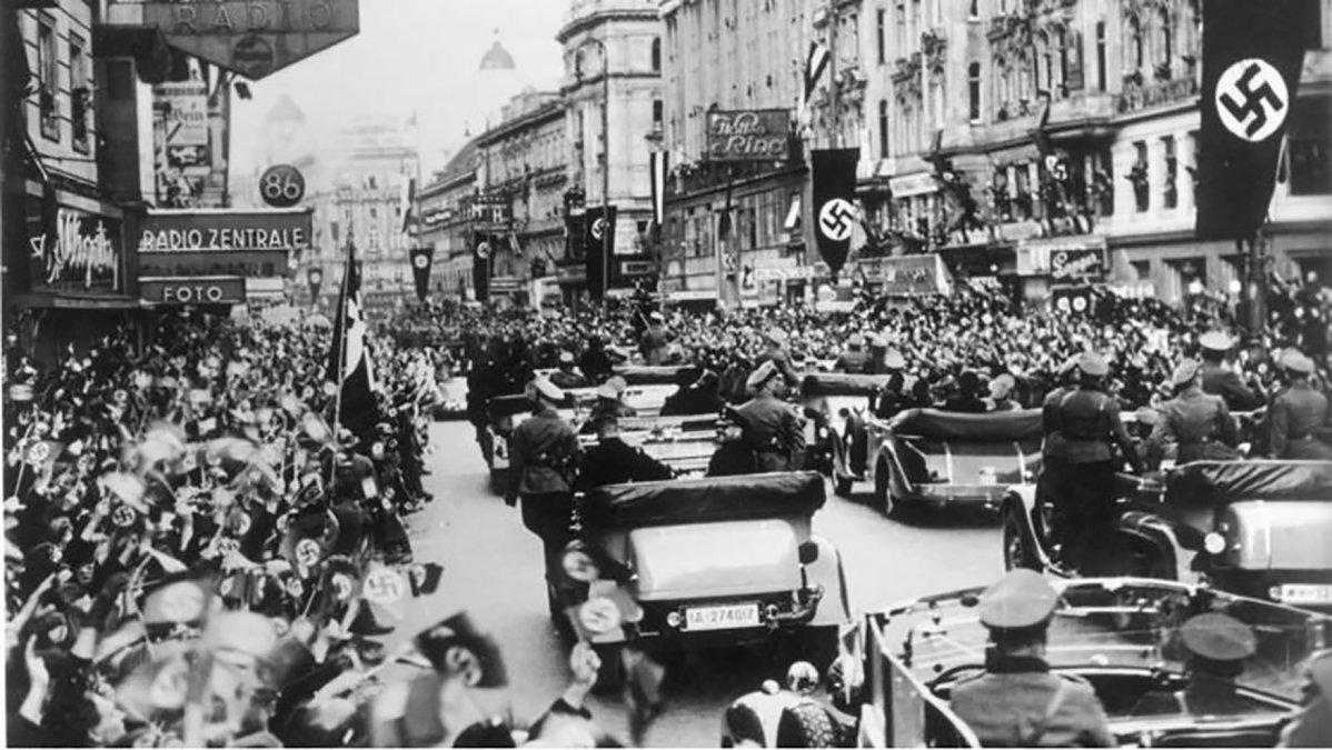 Una multitud saluda a las tropas nazis a su entrada en Viena