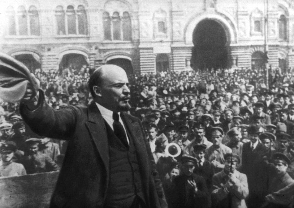 Lenin se dirige a una multitud durante la revolución rusa de octubre de 1917. Print Collector/Getty Images