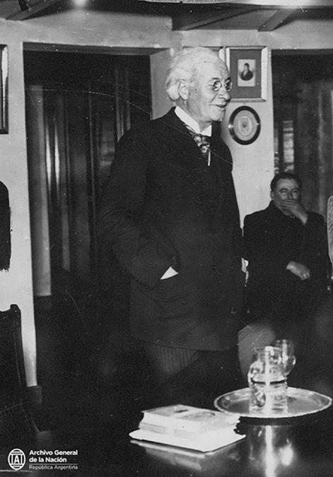 Pablo Pizzurno pronunciando una  conferencia en el salón de actos de la Biblioteca Popular Juan N.  Madero
