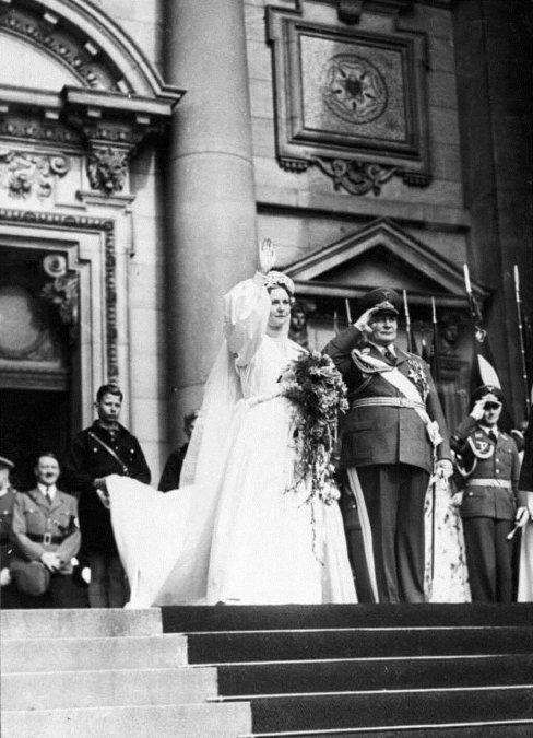 El matrimonio entre Emmy y Hermann Göring. Al  fondo a la izqda. aparece Adolf Hitler. Foto: Wikimedia Commons  /Bundesarchiv