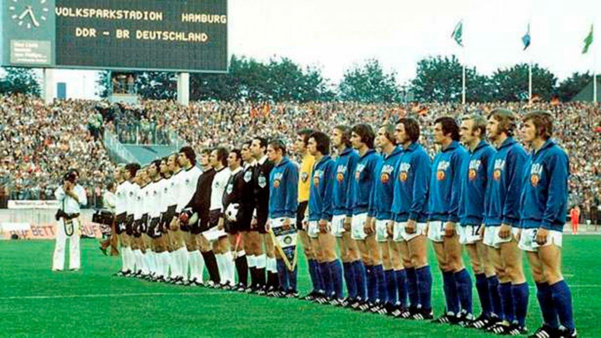 Las selecciones de la Alemania dividida posan en Hamburgo el 22 de junio  de 1974. El árbitro fue el uruguayo Ramon Barretto Ruiz