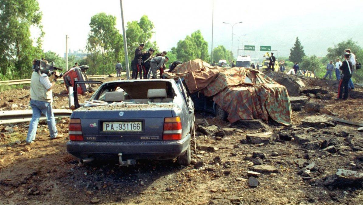 Los coches destrozados del juez Giovanni Falcone y su escolta poco después del atentado en Capaci. LABRUZZOASSOCIATED PRESS