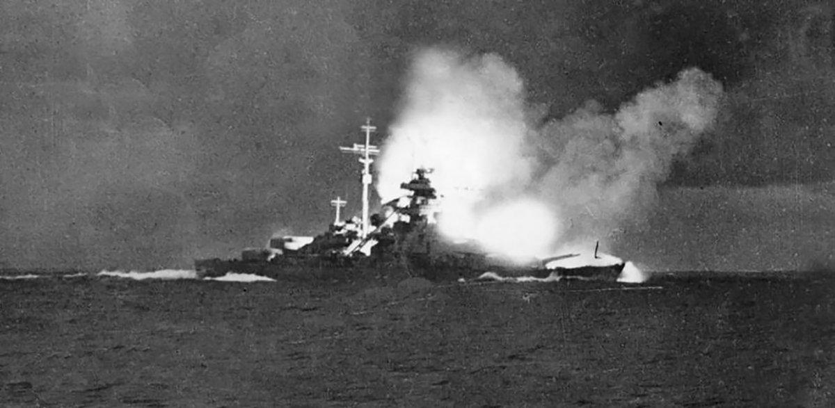 La foto más  conocida del Bismarck fue tomada en la mañana del 24 de mayo desde el  Prinz Eugen. El Hood ya había sido hundido y el acorazado alemán  dispara contra el Prince of Wales en una de las últimas salvas de la  batalla de Islandia