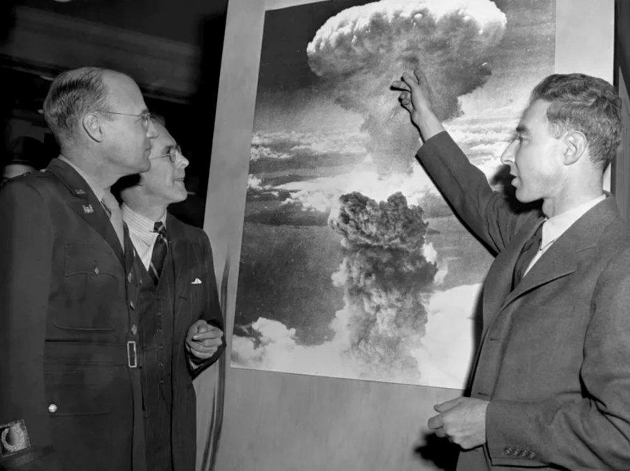 Oppenheimer discutiendo la nube en forma de hongo que quedó sobre Nagasaki luego de la detonación del arma nuclear Fat Man