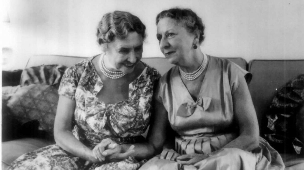 Hellen Keller junto a Anne Sullivan durante una visita a la India (Foto Flickr Creative commons).