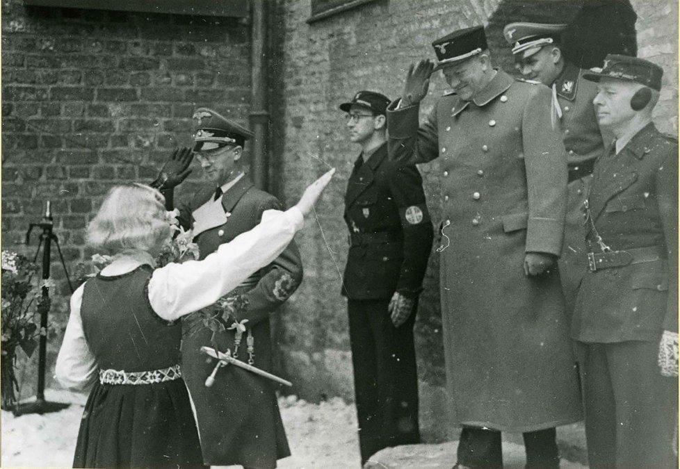 Vidkun Quisling responde al saludo de una niña durante una celebración en 1942.