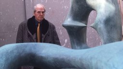 Henry Moore al lado de su obra Working Model for Oval with Points.