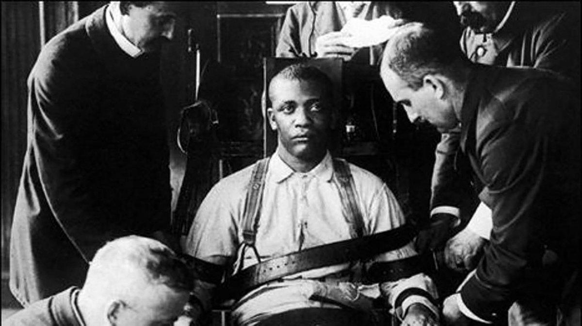 Preparando a un recluso para su ejecución en la silla eléctrica