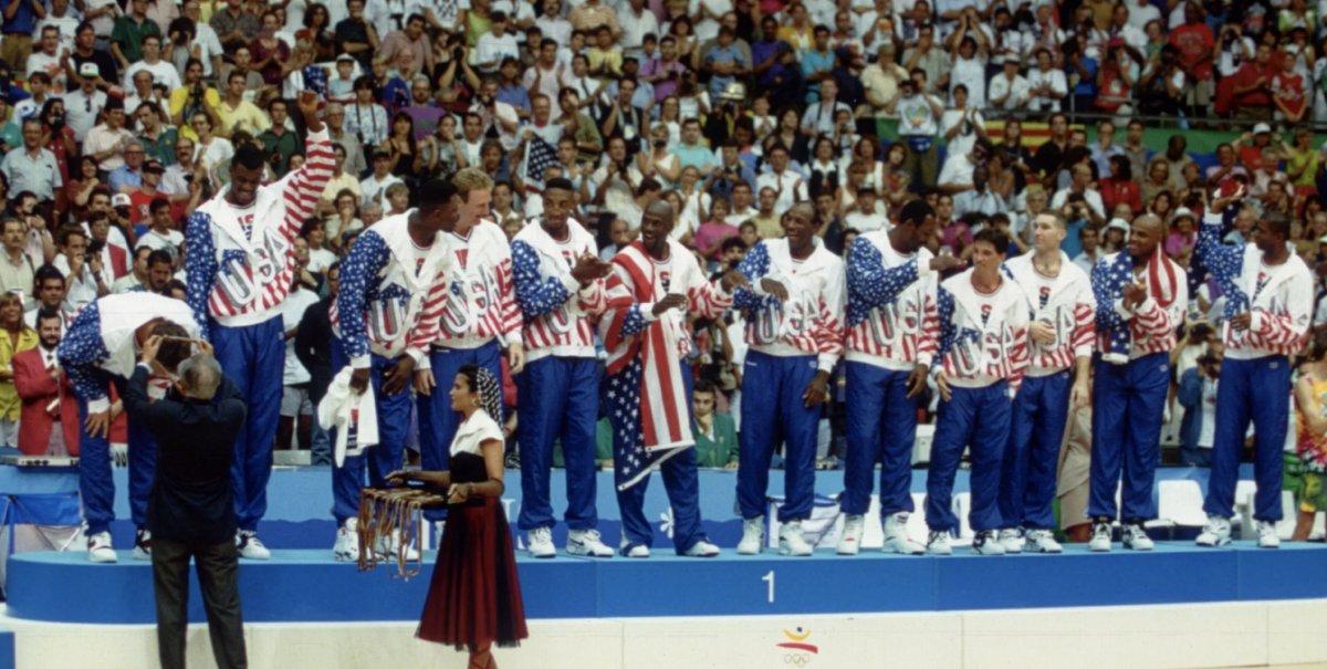 1992: El equipo de baloncesto de Estados Unidos recibe sus medallas de  oro en el podio tras la final en los Juegos Olímpicos de Barcelona