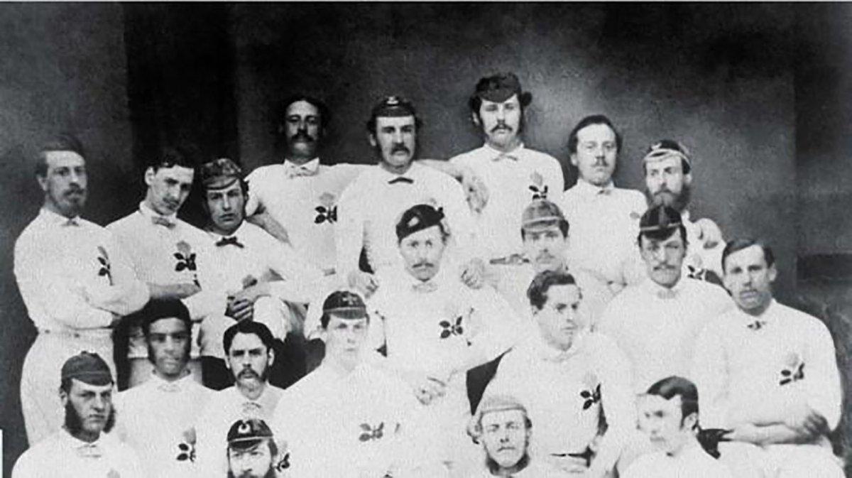 El equipo de Inglaterra posa antes de jugar su primer partido internacional frente a Escocia