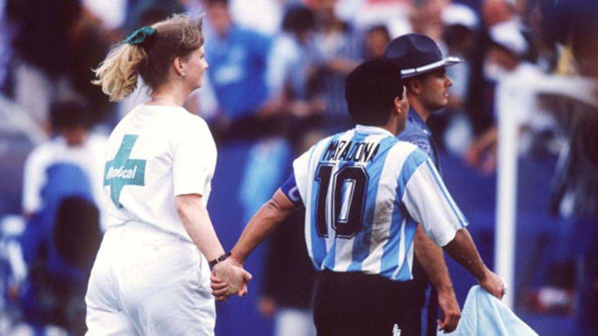 La enfermera Sue Carpenter de la mano con Diego Armando Maradona